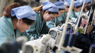 Des ouvrières travaillent dans une usine textile de Huaibei (est de la Chine). (XIE ZHENGYI / IMAGINECHINA)