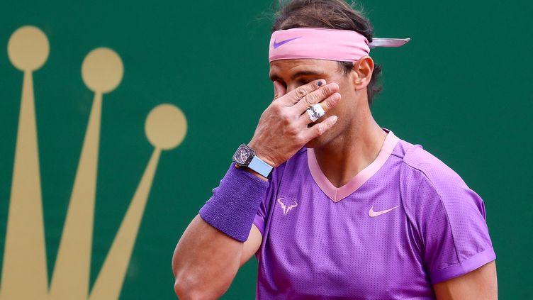 Rafael Nadal désabusé à Monte Carlo face à Rublev, le 16 avril 2021. (VALERY HACHE / AFP)