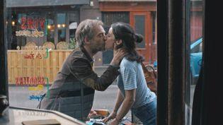 Prune (Agnès Hurstel) tombe amoureuse de Francis (Jonathan Lambert). (OCS)