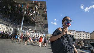 Une femme porte un masque sur le Vieux-Port à Marseille, le 3 août 2020. (SPEICH FRÉDÉRIC / MAXPPP)
