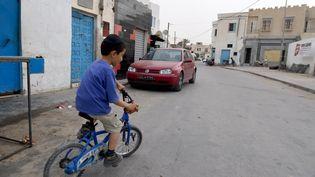 Un enfant sur son vélo, en Tunisie. (FETHI BELAID / AFP)