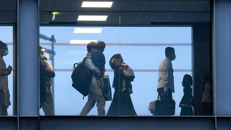 Des exfiltrés de Kaboul (Afghanistan) arrivent à l'aéroport de Roissy-Charles de Gaulle (Val-d'Oise), le 18 août 2021. (MERYL CURTAT / HANS LUCAS)