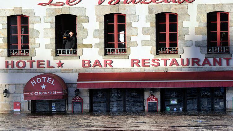 La tempête Qumaira a fait monter l'eau dans le centre de Quimperlé (Finistère), le7 février 2014. (FRANK PERRY / AFP)