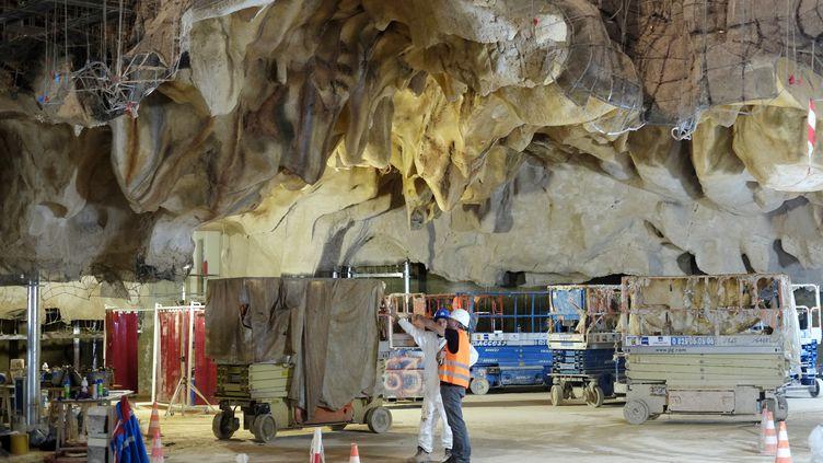Le chantier de la caverne du Pont-d'Arc, en Ardèche, a débuté en juillet 2012 et aura duré trente mois, mobilisant jusqu'à 70 personnes. (JEAN-PHILIPPE KSIAZEK / AFP)