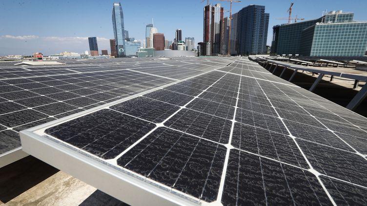 Des panneaux solaires, sur le toit du Convention Center de Los Angeles (Californie), le 4 septembre 2018. (MARIO TAMA / GETTY IMAGES NORTH AMERICA / AFP)