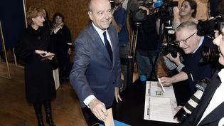 Alain Juppé vote au premier tour de la primaire à droite le 20 novembre 2016, à Bordeaux. (MEHDI FEDOUACH / AFP)