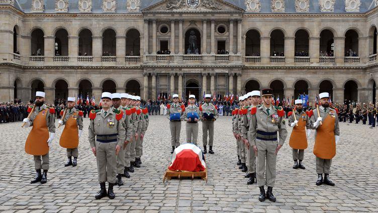 Des légionnaires entourent le cercueil de Lazare Ponticelli, le dernier poilu, aux Invalides, le 17 mars 2008. (ERIC FEFERBERG / AFP)
