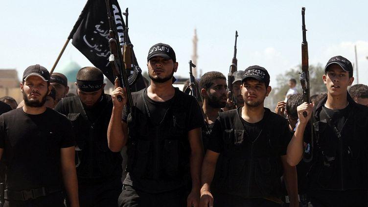Un groupe d'islamistes aux funérailles d'un combattant anti-régime près d'Alep, en Syrie, le 17 septembre 2012. (REUTERS)