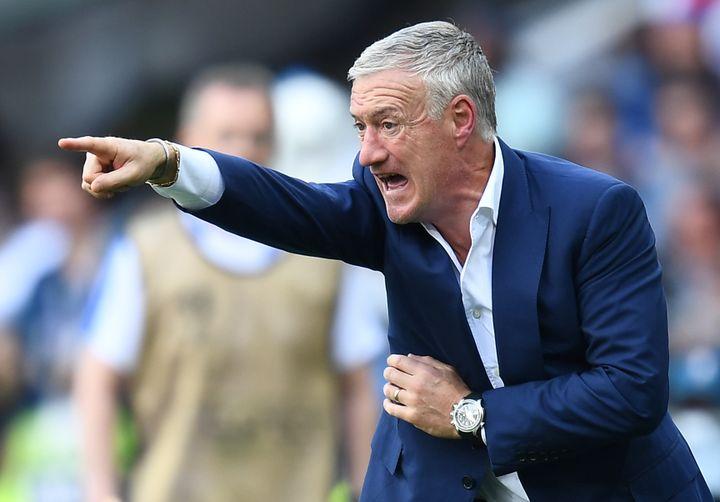 Didier Deschamps passe ses consignes pendant le huitième de finale contre l'Irlande, le 26 juin 2016 à Lyon (Rhône). (FRANCK FIFE / AFP)
