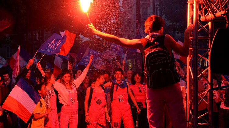 """Des manifestants anti-mariage pour tous sont rassemblés devant les locaux de la chaîne M6, à Neuilly-sur-Seine (Hauts-de-Seine), où François Hollande est reçu dans l'émission """"Capital"""". (PIERRE ANDRIEU / AFP)"""