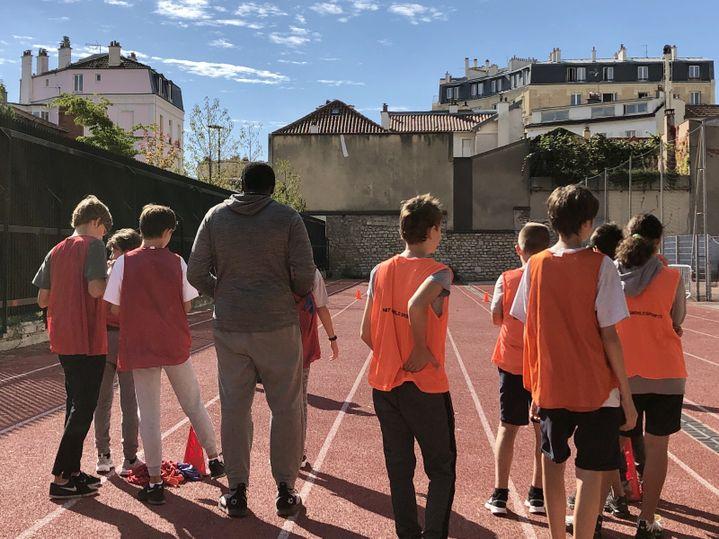 Les élèves du collège Paul Landowski, à Boulogne-Billancourt, se préparent pour leur cours de sport. (NOEMIE BONNIN / RADIO FRANCE)