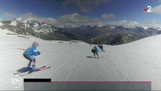 Tignes (Savoie) a ouvert son glacier situé à plus de 3 400 mètres. La saison estivale se lanceavec 2,80 mètres de neige. (France 2)