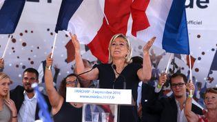 Marine Le Pen envoie un baiser à ses supporters, le 3 septembre 2016, à Brachay (Haute-Marne), lors de sa rentrée politique. (FRANCOIS NASCIMBENI / AFP)