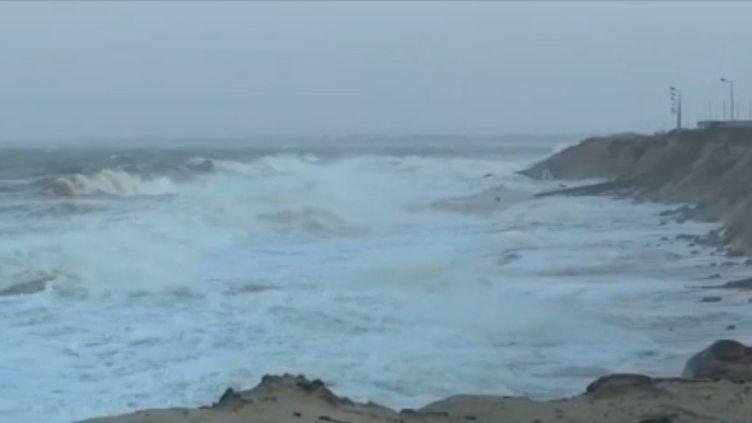 """La vigilance est maximale sur le littoral ouest de la France où plusieurs communes redoutent des """"vagues-submersion"""". À Gouville-sur-Mer en Normandie, les habitants croisent les doigts durant le passage de la tempête Ciara. (FRANCE 3)"""