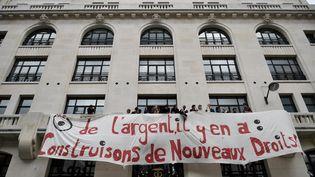 Banderole déployée par des intermittents du spectacle sur la façade de l'Autorité des marchés financiers, Paris 12 mai 2016  (PHILIPPE LOPEZ / AFP)