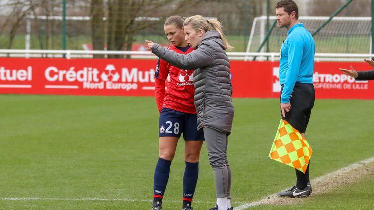 L'entraîneur de l'équipe féminine du LOSC Rachel Saïdi en discussion avec sa joueuse Marine Dafeur lors du match de D1 contre Guingamp le 16 mars 2019. (MAXPPP)