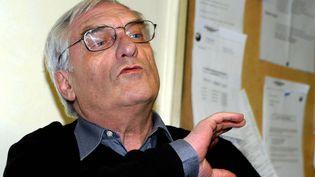 """Marcel Trillat lors de la présentation de son film """"300 jours de colère"""" à Joeuf dans le Grand-Est, le 6 mars 2004. (MAXPPP)"""