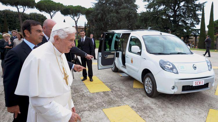 Benoît XVI, accompagné du patron de Renault, Carlos Goshn, devant une des deux nouvellespapamobiles, le 5 septembre 2012. (OSSERVATORE ROMANO / AFP)