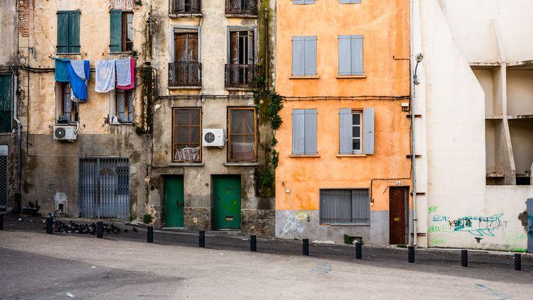 Une rue de Perpignan (Pyrénées-Orientales) déserte durant le confinement de mars 2020, en pleine épidémie de Covid-19. (JC MILHET / HANS LUCAS / AFP)