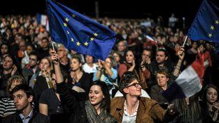 Des militants et sympathisants au meeting de François Bayrou, le 16 avril 2012 à Chassieu, près de Lyon. (JEFF PACHOUD / AFP)