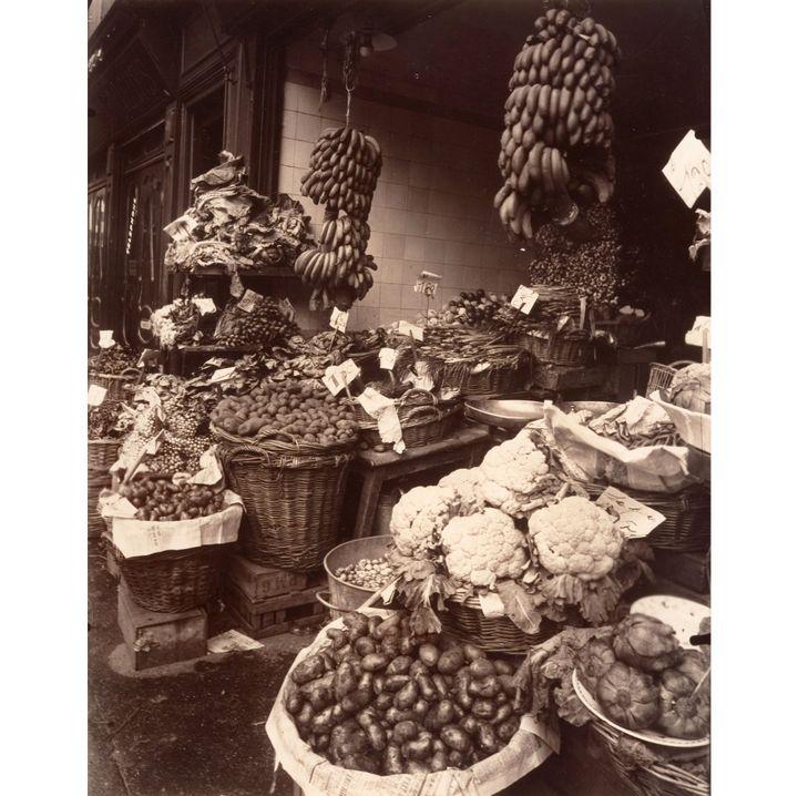 """Eugène Atget, """"Boutique de fruits et légumes rue Mouffetard"""", 1925, The Metropolitan Museum, New York, Gilman Collection, Purchas, Ann Tenenbaum and Thomas H. Lee Gift, 2005  (CC0)"""