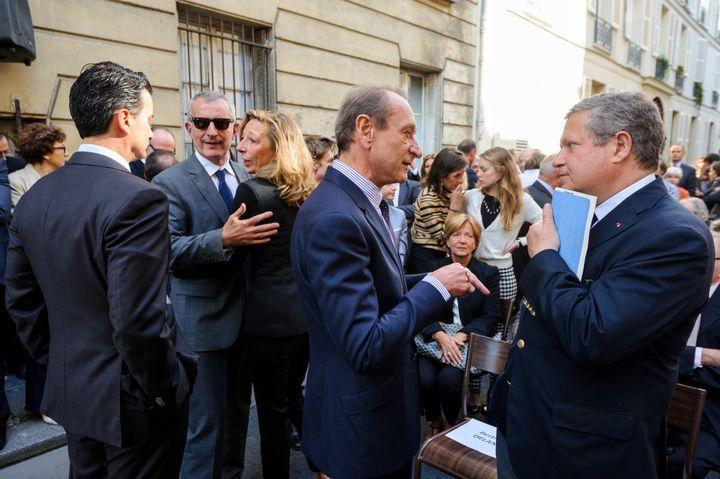 Guillaume Pepy et Nadia Marik, l'épouse de Richard Descoings, avec Bertrand Delanoë, alors maire de la capitale, en septembre 2013, lors de l'inauguration d'une plaque commémorative en hommage à l'ancien directeur de Sciences Po, à Paris. (MAXPPP)