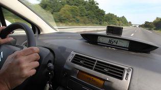 Un conducteur utilisant un boîtier Coyote. (FRANÇOIS DESTOC / MAXPPP)