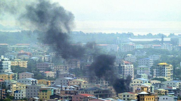 De la fumée s'élève de Rangoun, en Birmanie, le 27 mars 2021, lors de répression contre les manifestations pro-démocratie. (STR / AFP)