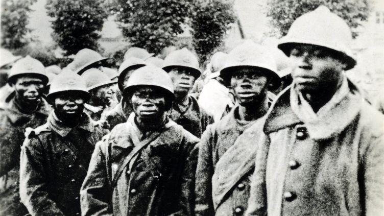 Soldats coloniauxfaits prisonniers par des soldats allemands, dans le secteur de Reims en 1940. (AFP - Gusman/Leemage)