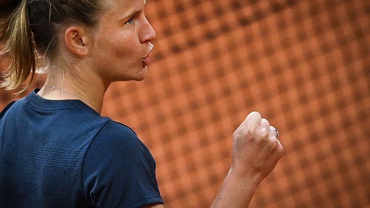 Fiona Ferro s'est qualifiée pour les huitièmes de finale à Roland-Garros, ce samedi 3 octobre.  (ANNE-CHRISTINE POUJOULAT / AFP)