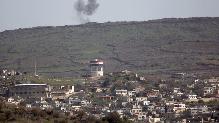 De la fumée s'échappe du village de Hadar (Syrie), non loin dela ligne de cessez-le-feu avec Israël, le 20 mars 2013. (JALAA MAREY / AFP)