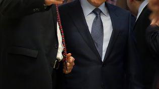 Vladimir Poutine (à droite), accompagné du porte-parole du Kremlin Dmitri Peskov, le 14 mai 2013 à Sotchi (Russie). (MAXIM SHIPENKOV / AFP)