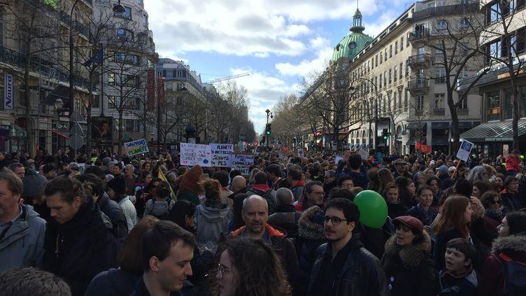 """Quelque 36 000 personnes selon la préfecture de police et 107 000 selon les organisateurs ont participé samedi à Paris à la """"Marche du siècle"""", manifestation destinée à dénoncer """"l'inaction"""" contre le changement climatique.  (BORIS LOUMAGNE / RADIO FRANCE)"""