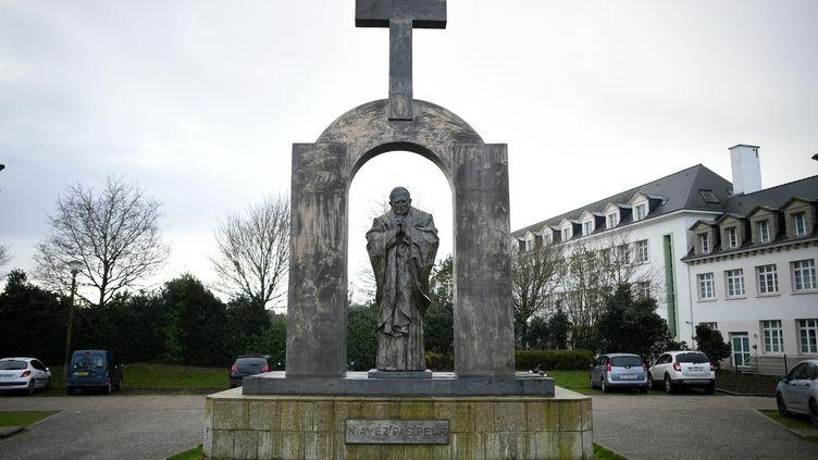 Le Conseild'Etat a décidé, le 25 octobre, de retirer la croix qui surplombeune statue de Jean-Paul II à Ploërmel, dans le Morbihan. (DAMIEN MEYER / AFP)