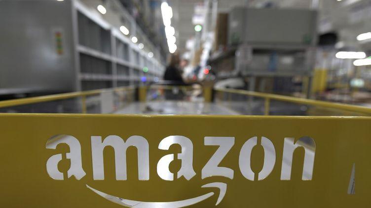 Un chariot Amazon dans un centre du géant de la distribution, àMoenchengladbach (Allemagne), le 17 décembre 2019. (INA FASSBENDER / AFP)