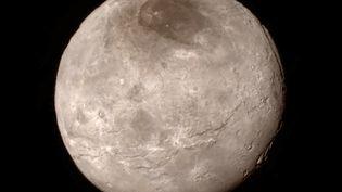 Une image de Charon, une lune de Pluton, transmise par la sonde New Horizons et diffusée par la Nasa, le 15 juillet 2015. (NASA / JHUAPL / SWRI)