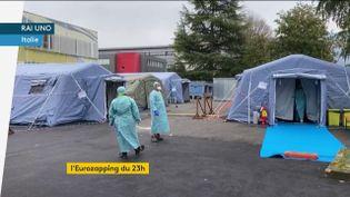 Des hôpitaux de campagne installés en Italie (FRANCEINFO)