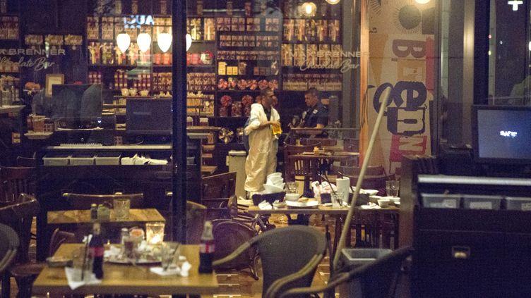 Des policiers israéliens dans le bar de Tel-Aviv (Israël) où a eu lieu une fusillade, mercredi 8 juin 2016. (MAXPP)