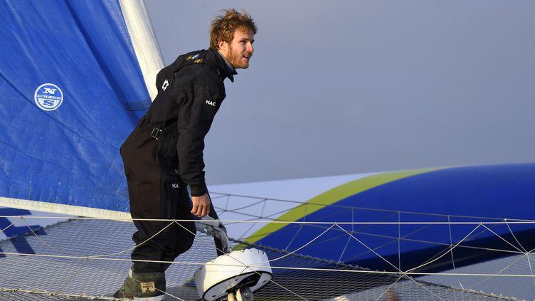 François Gabart rejoint le port de Brest après son record du tour du monde, le 17 décembre 2017. (DAMIEN MEYER / AFP)