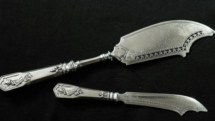 Ces deux couteaux de Fabergé auraient dû disparaître, comme le service d'où ils étaient issus et qui a été fondu au moment de la révolution russe. Ils ont été retrouvés en Pologne.  (Adam Szymanski / AFP)