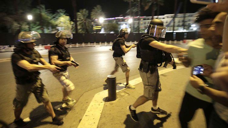 (L'effectif policier sur la Promenade des Anglais était important à l'occasion du feu d'artifice du 14 juillet © Maxppp)