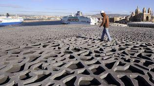 Un ouvrier sur le toit du Musée des civilisations de l'Europe et de la Méditerranée (MuCEM) de Marseille qui ouvrira ses portes en juin  (Boris Horvat / AFP)