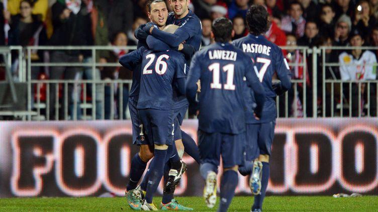 Zlatan Ibrahimovic et ses coéquipiers du PSG fêtent leur titre symbolique de champion d'automne de la Ligue 1, le 21 décembre 2012. (THOMAS BREGARDIS / AFP)