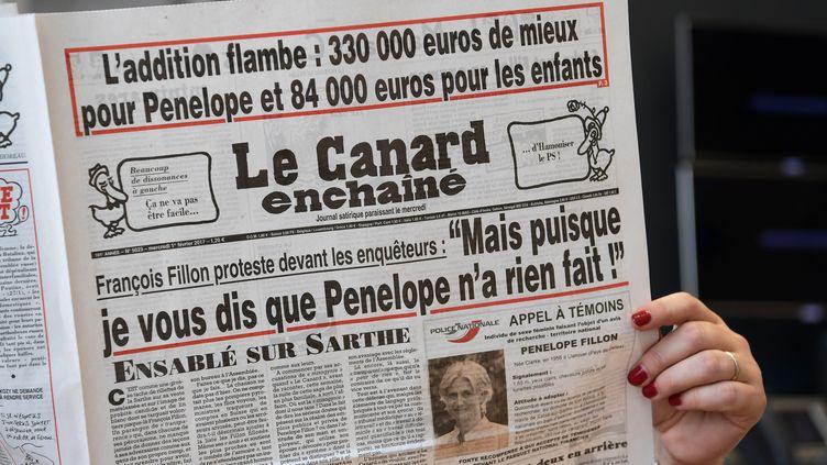 """La une du """"Canard enchaîné"""" daté du 1er février 2017. (CHRISTOPHE ARCHAMBAULT / AFP)"""