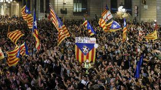Des Barcelonais célèbrent la déclaration d'indépendance de la Catalogne, samedi 27 octobre 2017. (PAU BARRENA / AFP)