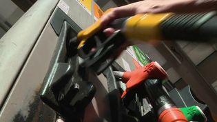 Pour lutter face à la montée des prix, certaines enseignes et distributeurs innovent pour attirer des clients, quitte à vendre leur essence à prix coûtant. Une solution qui ne réglerait tout de même pas le problème. (CAPTURE ECRAN FRANCE 2)