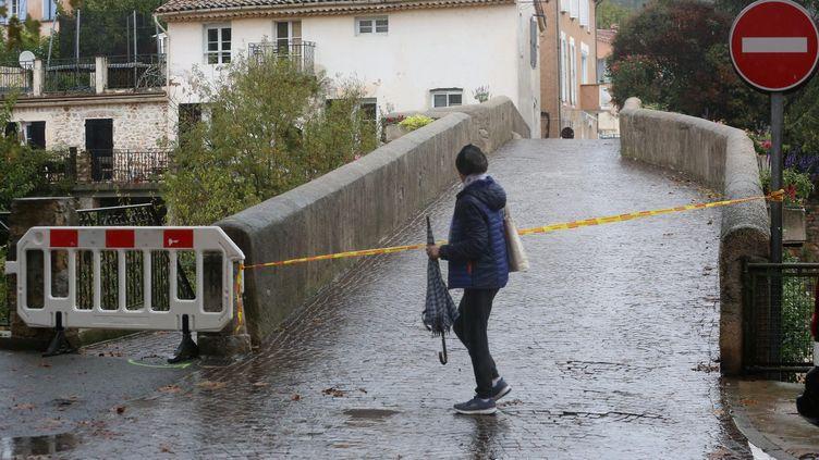 Une femme marche dans une rue inondée de Roquebrune (Var), le 29 octobre 2018. (MAXPPP)