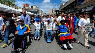 Des opposants au président Nicolas Maduro défilent dans les rues de Caracas (Venezuela), le 31 août 2016. (FEDERICO PARRA / AFP)