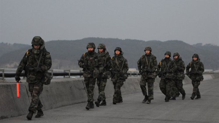 """""""Marines"""" sud-coréens patrouillant sur l'île de Yeonpyeong le 22 décembre 2010 (AFP - KIM JAE-HWAN)"""