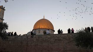 Jérusalem abrite à quelques centaines de mètres de distance entre les murs de la Vieille ville des sites saints pour des milliards d'individus (ici la mosquéeal-Aqsa). (AHMAD GHARABLI / AFP)